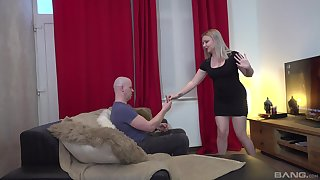 Flaming blonde chick reveals their way curvy ass for some nasty sex