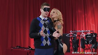 Gorgeous MILF debilitating latex Sarah Jessie enjoys hardcore sex