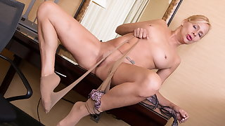 USA of age Payton Leigh gets galvanized in pantyhose